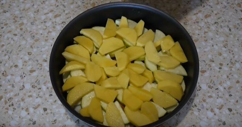 чистим , режем овощи и выкладываем в форму