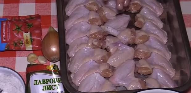 крылышки солим и перчим и ставим в духовку