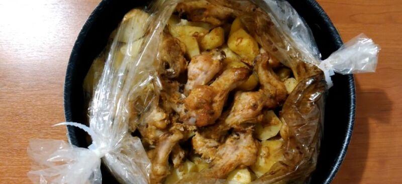 ставим крылышки с картошкой в духовку до готовности