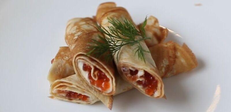 блины с красной икрой и творожным сыром