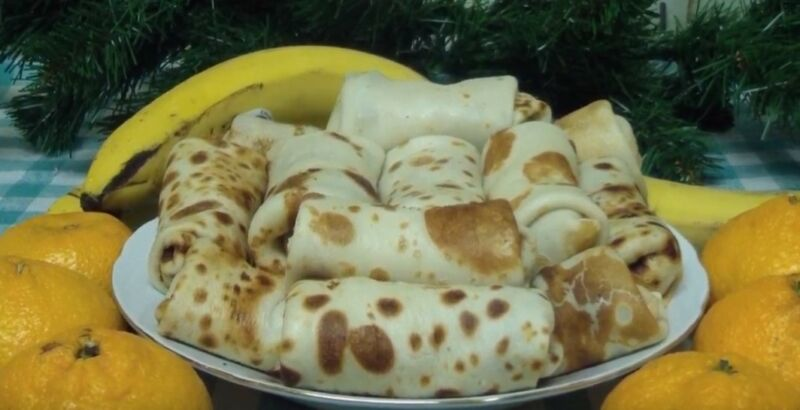 разложите начинку из печени в блинчики и заверните