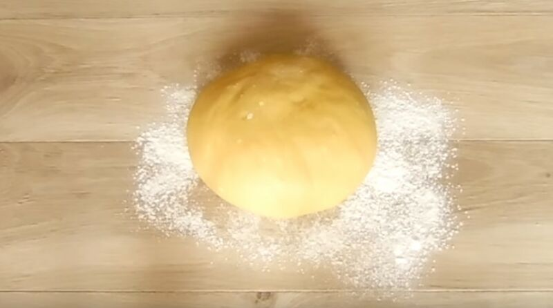 добавляем в тесто оставшуюся муку и месим руками