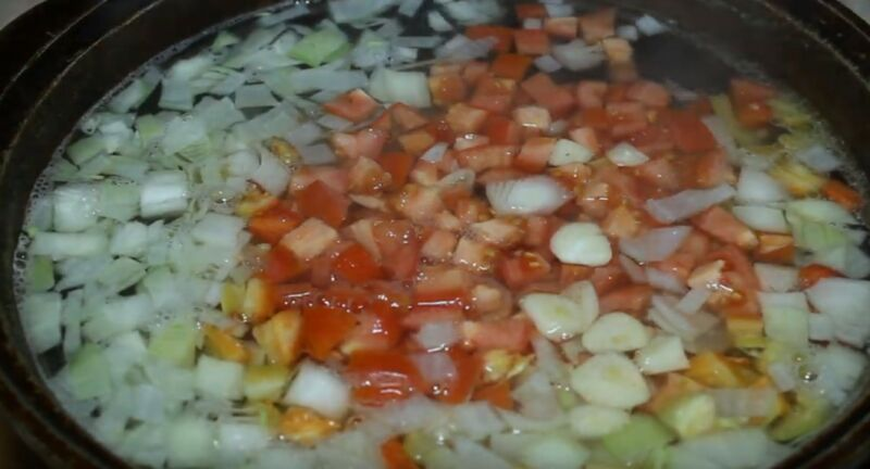 добавляем овощи в шурпу и варим еще 30 минут