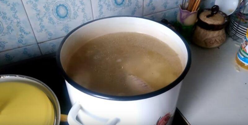 добавляем в бульон для борща картошку