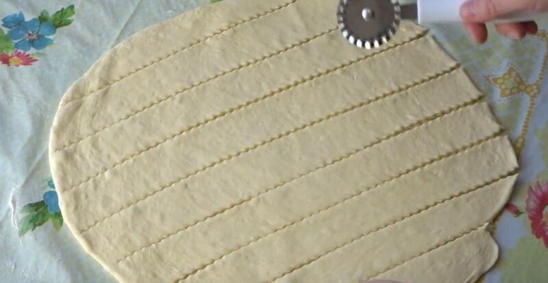 разрезаем слоеное тесто на полоски