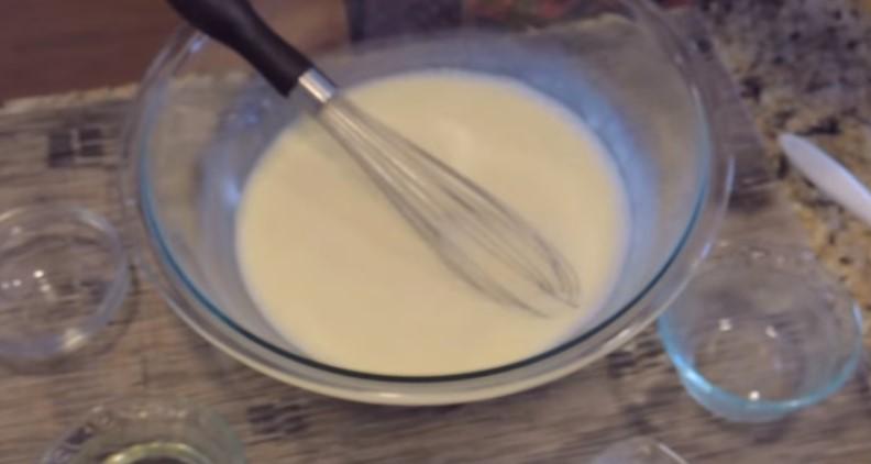 перемешиваем яйца, сахар, соль, сметану, кефир и молоко до однородности