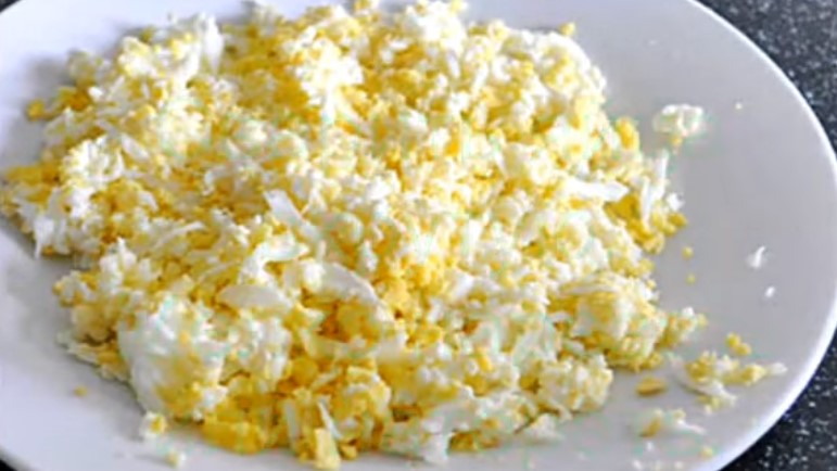 варим яйца и мелко нарезаем для начинки