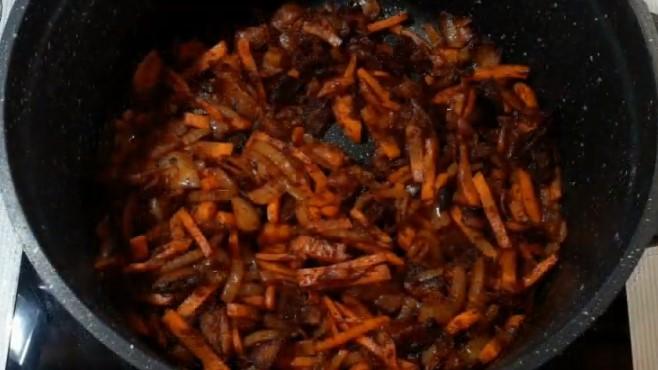 добавляем морковь и паприку, и продолжаем обжаривать