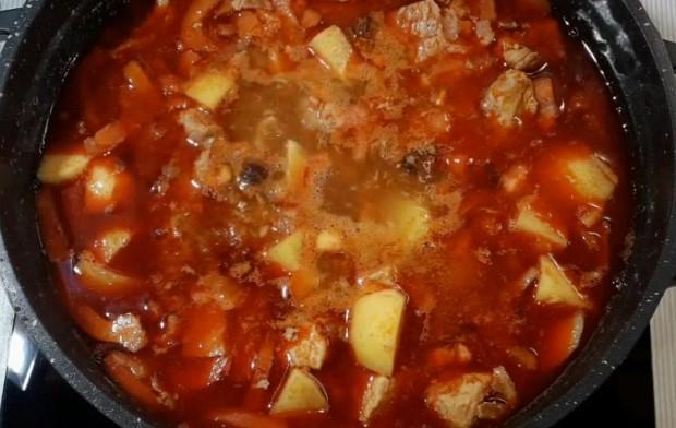 добавляем картошку, сладкий перец и помидоры