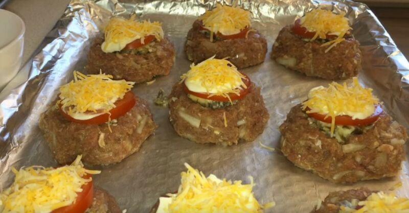 формируем гнезда с грибами, помидорами и сыром