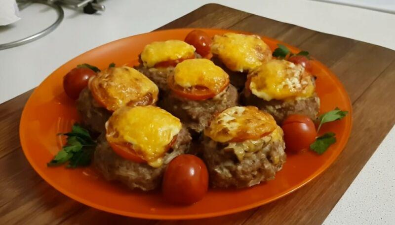 гнезда с грибами, помидором и сыром