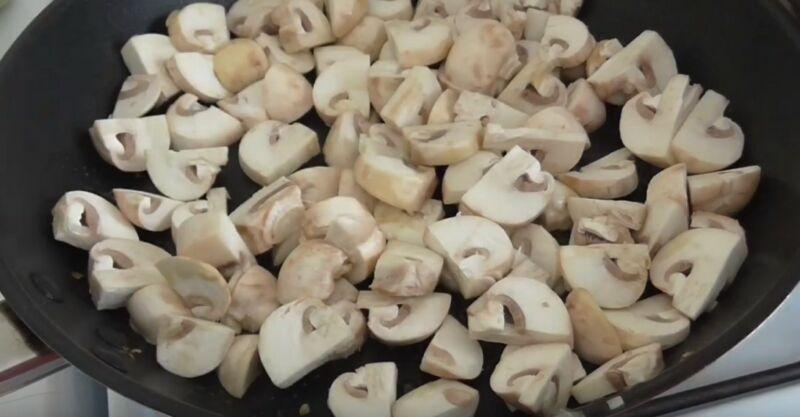 грибы нарезаем, солим, перчим и обжариваем до готовности