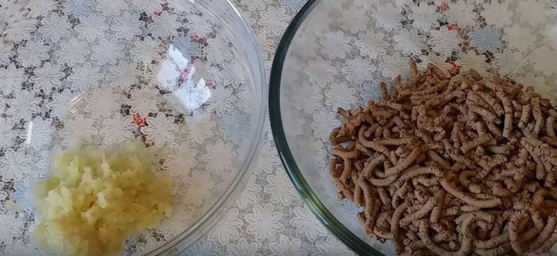 лук и отваренную печень пропускаем через мясорубку