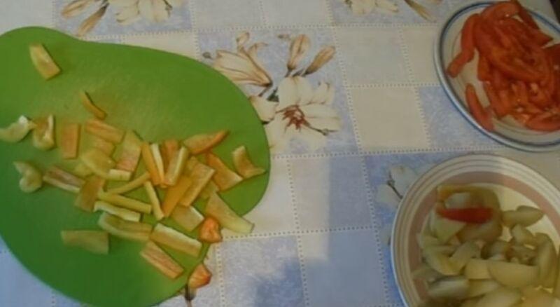 нарезаем картошку, помидор и перец для начинки