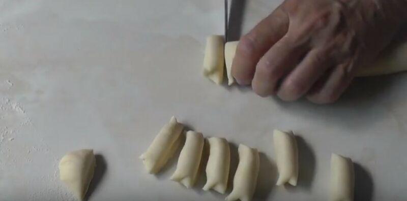нарезаем тесто на небольшие порции для соленых вареников из творога