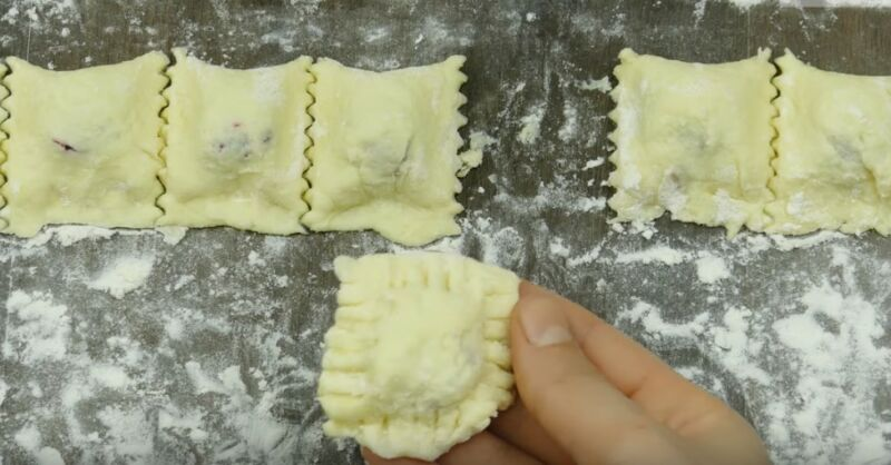 формируем творожные ленивые вареники с вишней