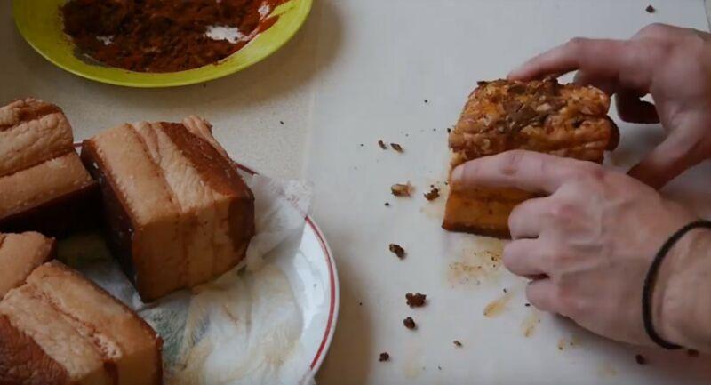 натираем кусочки сала смесью из чеснока, паприки и черного перца