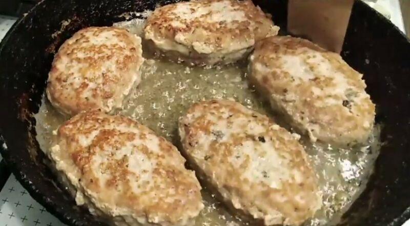 обжариваем зразы с грибами на сковороде