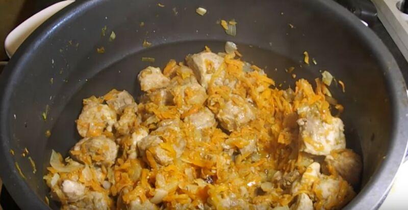 обжариваем мясо с луком и морковкой в мультиварке