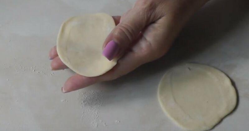 раскатываем каждый кусочек в круглую форму