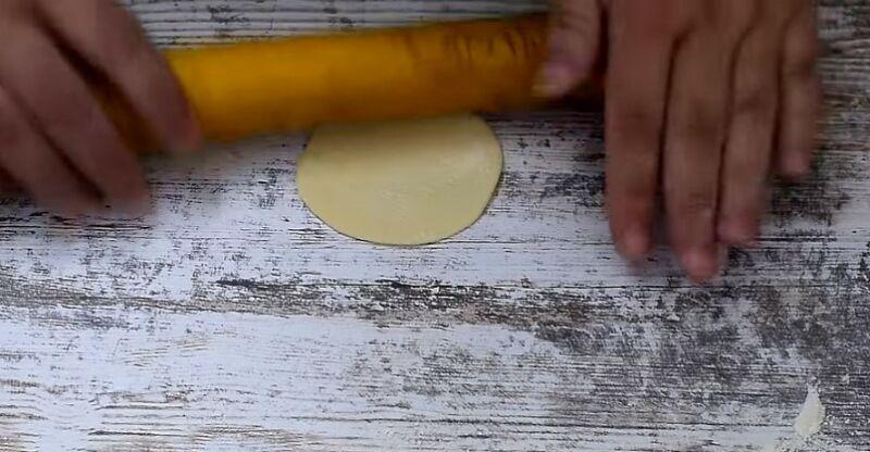 делим тесто и раскатываем в круглые заготовки