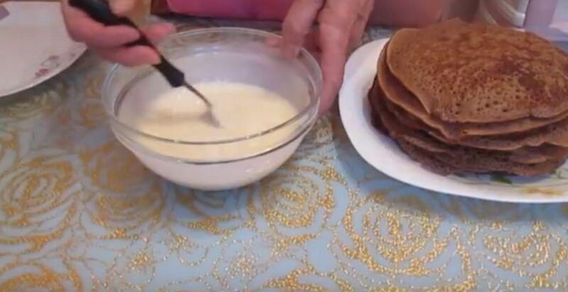 смешиваем сгущенку и сметану для крема