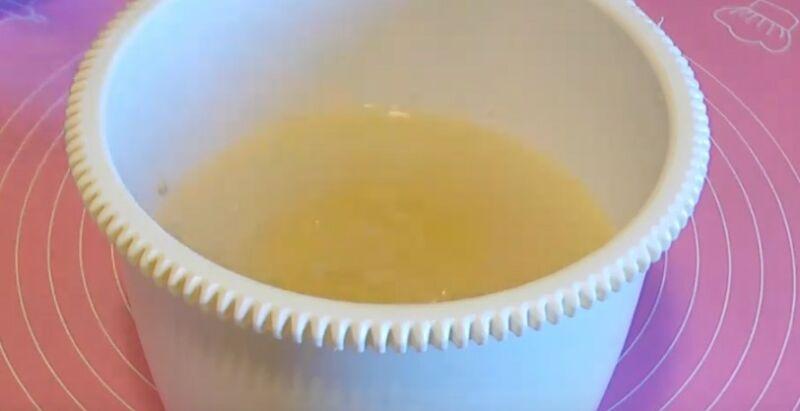 в теплую воду добавляем дрожжи, соль, сахар и растительное масло