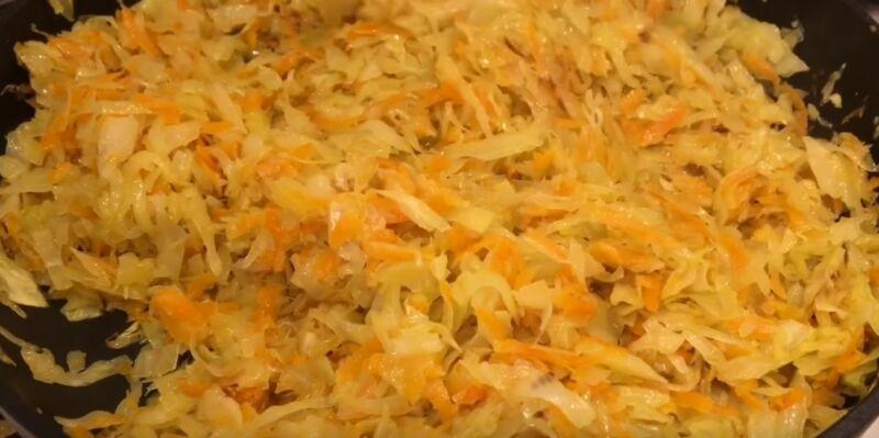 обжариваем капусту с луком и морковью для начинки