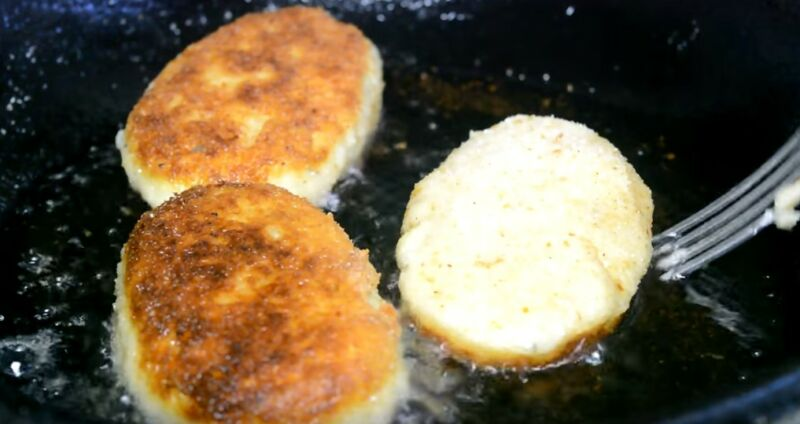 обжариваем картофельные зразы с грибами и сыром