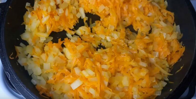 обжариваем лук и морковь на сливочном масле