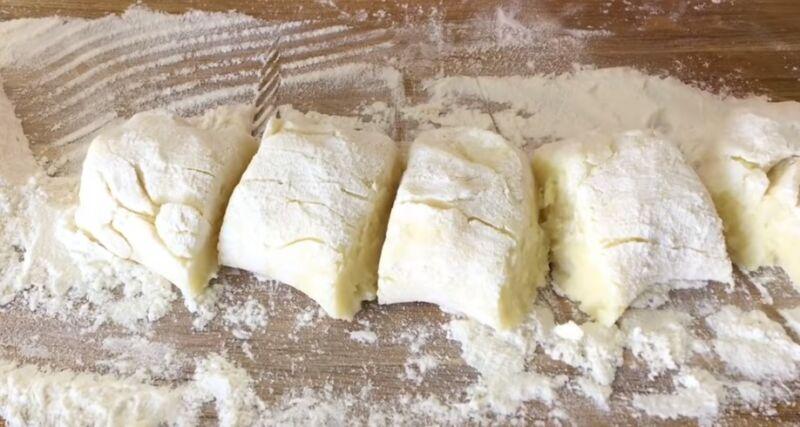 раскатываем картофельное тесто в колбаску