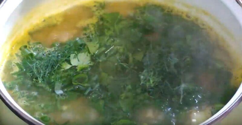 варим гороховый суп с копчеными ребрышками