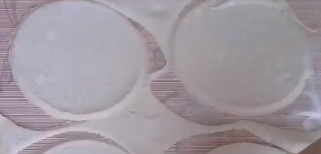 вырезаем круги из слоеного теста