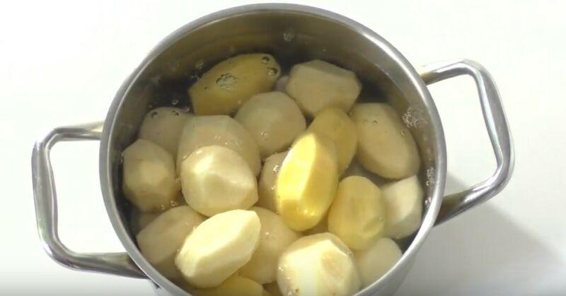 картофель заливаем водой и ставим вариться