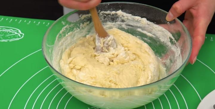 добавляем муку и начинаем замешивать тесто для творожного кулича