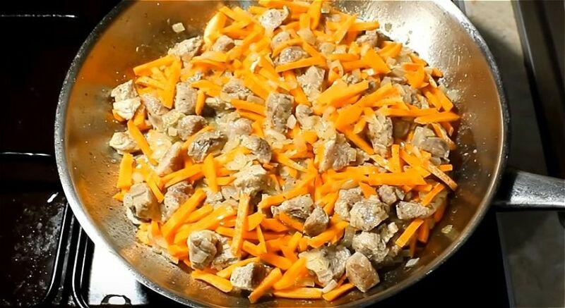 добавляем морковь в мясо с луком и продолжаем обжаривать
