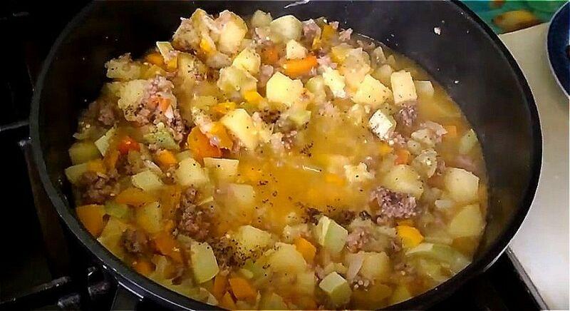 добавляем в овощи кабачок, баклажан и перец