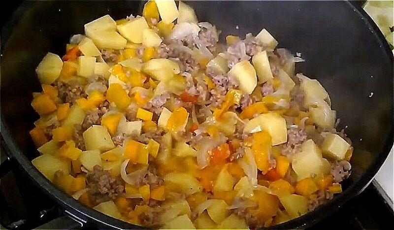 добавляем морковь, помидоры и картошку