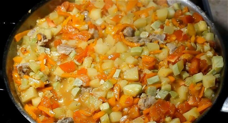 добавляем в рагу перец, картофель, кабачки, помидоры и продолжаем тушить
