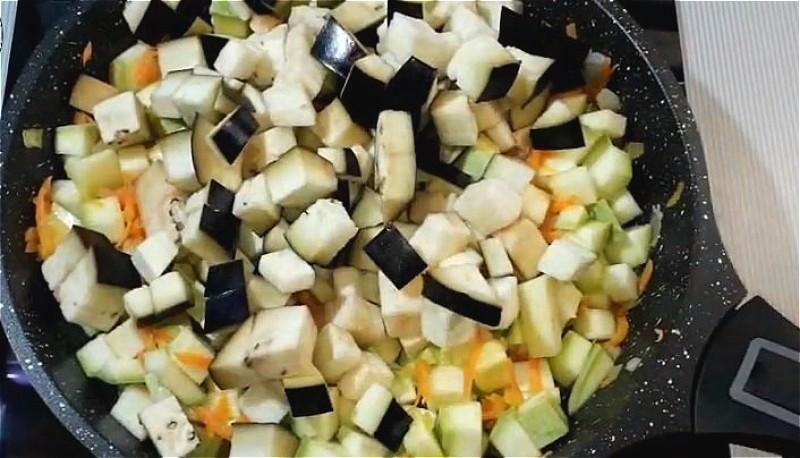 добавляем в сковороду кабачок и баклажан
