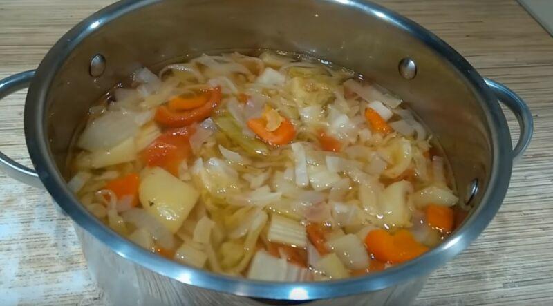готовый луковый суп с сельдереем