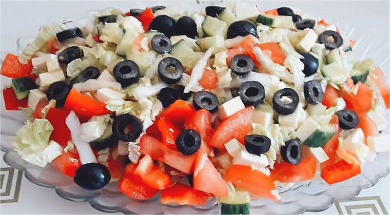 готовый греческий салат с пекинской капустой