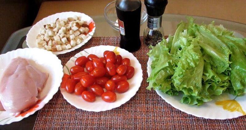 ингредиенты для салата Цезарь с помидорами и сыром
