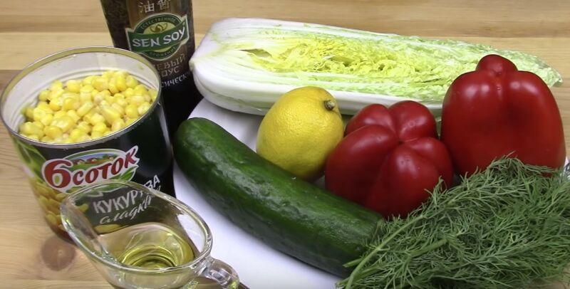 ингредиенты для салата с пекинской капустой, кукурузой и огурцом