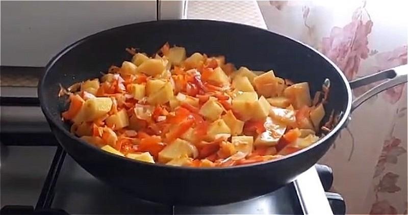 кладем к луку с морковью картофель и перец