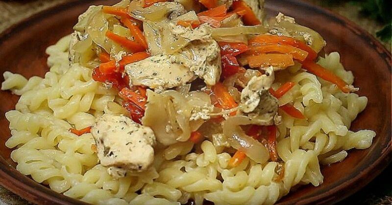 куриное филе с овощами и грибами в рукаве