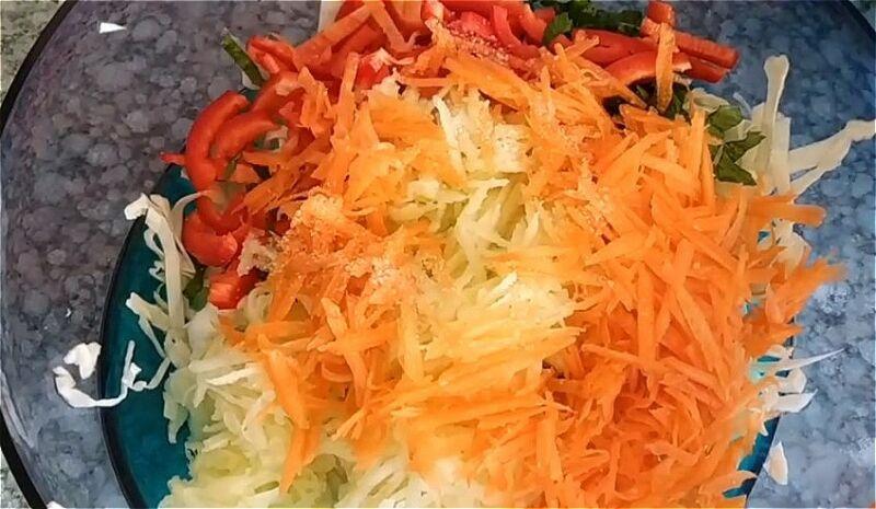 нарезаем капусту, перец, яблоко и морковь для салата