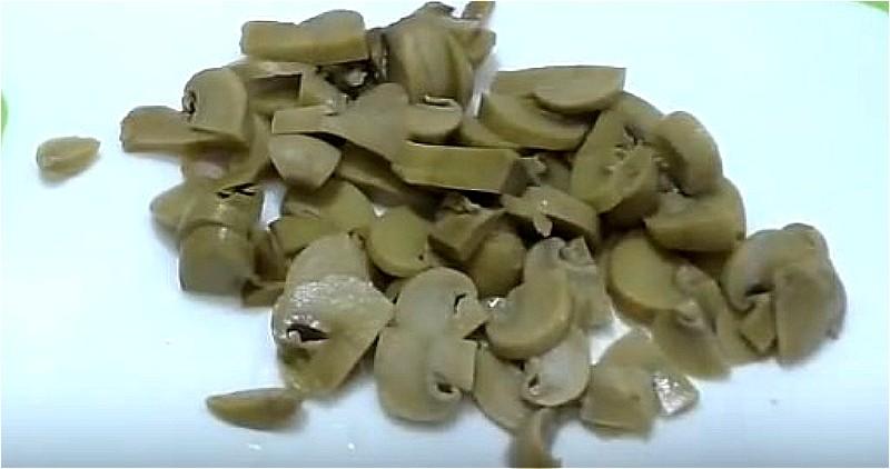 консервированные шампиньоны нарезаем мелкими кусочками