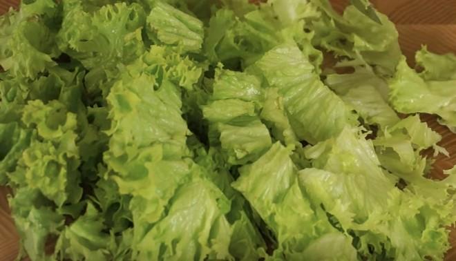 нарезаем листья салата крупными кусками