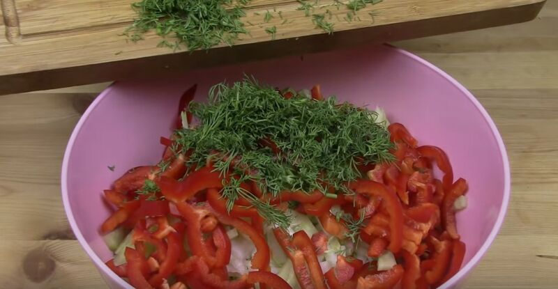 нарезаем овощи для салата с пекинской капустой, кукурузой и огурцом